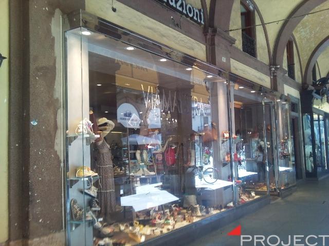 Vetrine e particolari di arredamento negozi project for Negozi arredamento torino